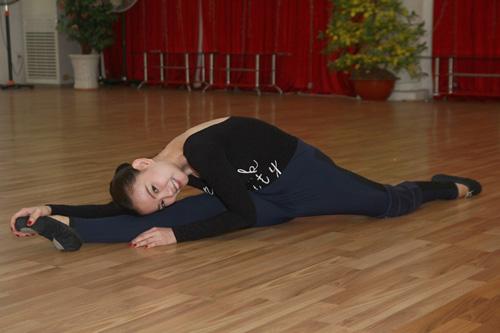 Thu Thủy chịu đau ép dẻo trên sàn nhảy - 7