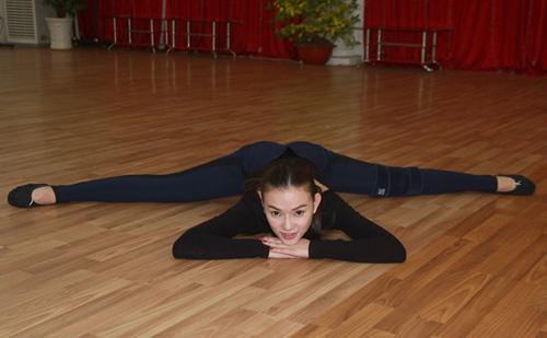 Thu Thủy chịu đau ép dẻo trên sàn nhảy - 6