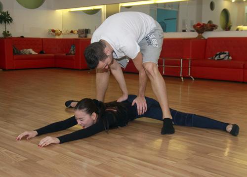 Thu Thủy chịu đau ép dẻo trên sàn nhảy - 3