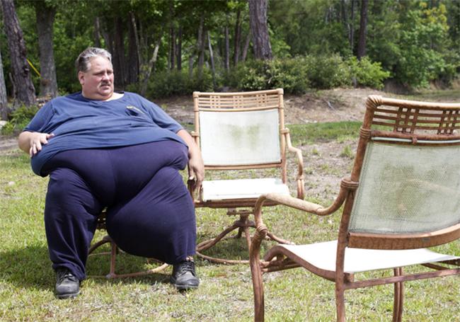 Chuck, 45 tuổi đến từ Texas vốn là một lái xe tải.Với cân nặng lên đến hơn 310kg không ít lần anh từng nghĩ đến chuyện tự tử