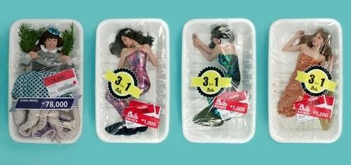 Kiều nữ gây sốc khi bị bọc trong hộp nhựa - 2