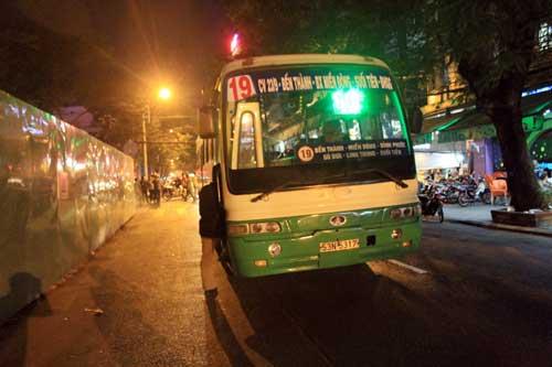Xe buýt ép chết người trong hàng rào công trình - 4