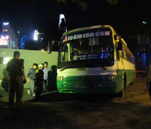 Xe buýt ép chết người trong hàng rào công trình - 1