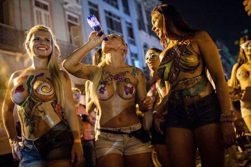 Vũ nữ khỏa thân diễu hành khắp đường phố - 1