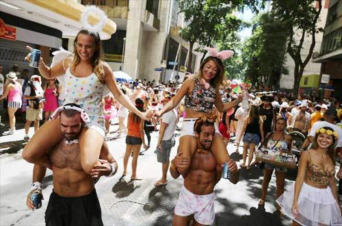 Vũ nữ khỏa thân diễu hành khắp đường phố - 8