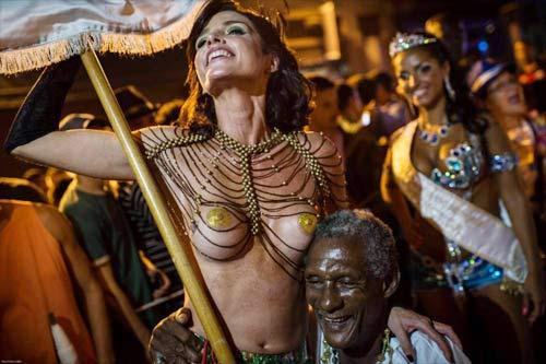 Vũ nữ khỏa thân diễu hành khắp đường phố - 7