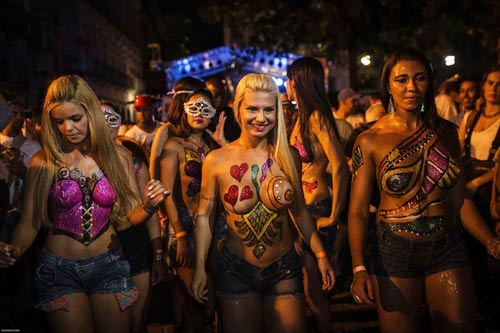 Vũ nữ khỏa thân diễu hành khắp đường phố - 2
