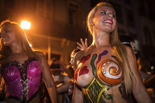 Vũ nữ khỏa thân diễu hành khắp đường phố - 5