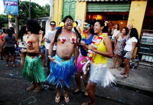 Vũ nữ khỏa thân diễu hành khắp đường phố - 9