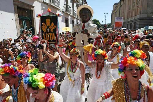 Vũ nữ khỏa thân diễu hành khắp đường phố - 11