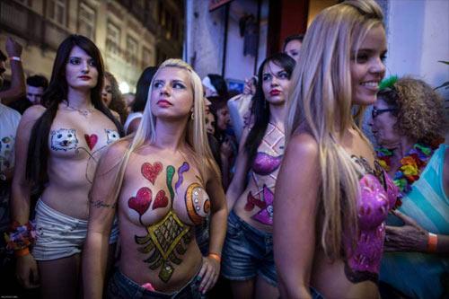 Vũ nữ khỏa thân diễu hành khắp đường phố - 4
