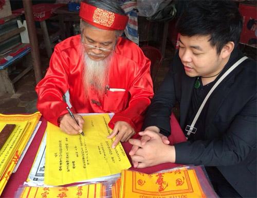 Quang Lê đi lễ phủ Tây Hồ cùng hoa hậu - 4