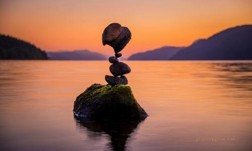 Chàng trai đam mê nghệ thuật xếp đá cao chót vót