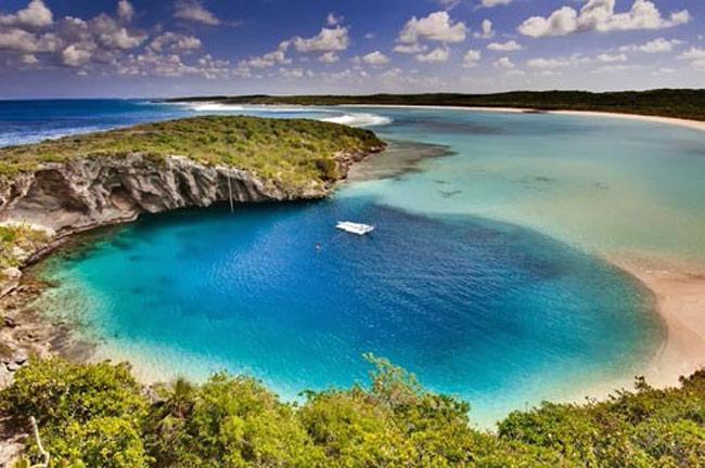 Blue Hole Dean nằm trong một vịnh phía Tây ở Clarence Town thuộc đảo Long (Bahamas). Nó được biết đến là hố xanh sâu nhất thế giới.