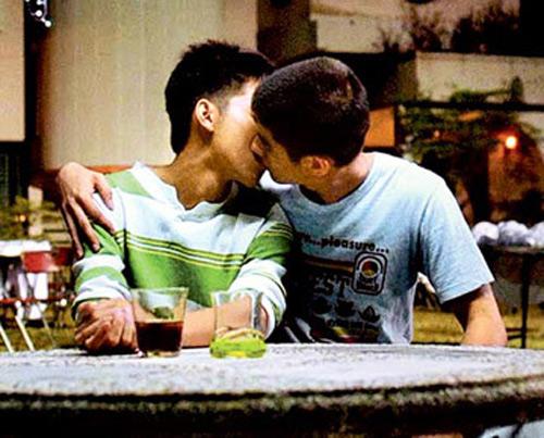 """Video: Nụ hôn đồng tính """"gây bão"""" của Mario Maurer - 3"""