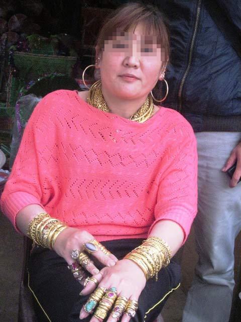 Người phụ nữ đeo hơn trăm cây vàng trên người - 1