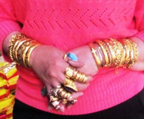 Người phụ nữ đeo hơn trăm cây vàng trên người - 3