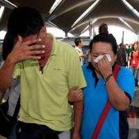 Máy bay Malaysia rơi: Thân nhân thắt lòng chờ đợi