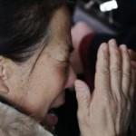 Tin tức trong ngày - Máy bay Malaysia mất tích: Bật khóc chờ người thân