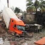 Tin tức trong ngày - Container tông 2 ô tô, 12 người thương vong