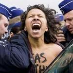 Tin tức trong ngày - Ảnh ấn tượng: Người đẹp để ngực trần phản đối Nga