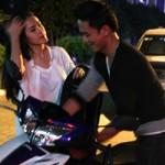 Phim - Bạn trai chở Tú Vi đi diễn bằng xe máy