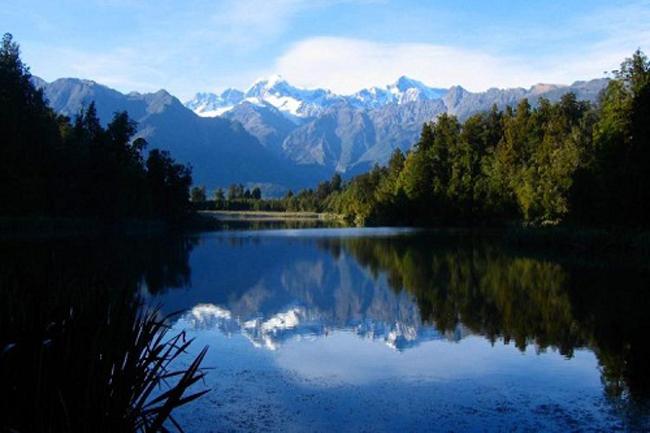 Hồ Matheson (New Zealand) còncó tên gọi khác là hồ Gương soi. Ở mọi góc độ, mặt hồ đều trong xanh, yên ả, soi bóng dãy Southern Alps sừng sững.