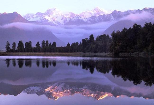 """Đúng như tên gọi """"Gương soi"""", mặt hồ yên ả, nước trong vắt khiến nhiều người nhầm tưởng, không phân biệt được đâu là thật đâu là ảo ảnh."""