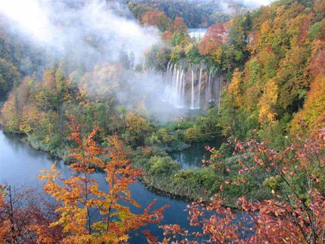 Nếu đến đây, bạn sẽ đượctận mắt ngắm nhìn những thác nước tung bọt trắng xóa, hít thở không khí trong lành và hòa mình vào trốn tiên cảnh kỳthú.