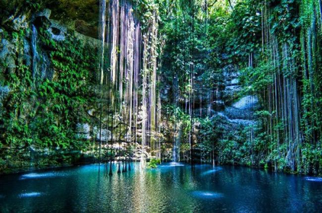 Cenote (còn gọi là Hố thần tiên) nằm trên bán đảo Yucatan, thuộcphía Nam khu resort Cancun ở Mexico.