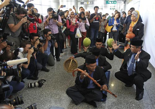 """Pháp sư Malaysia dùng """"thảm thần"""" tìm kiếm MH370 - 1"""