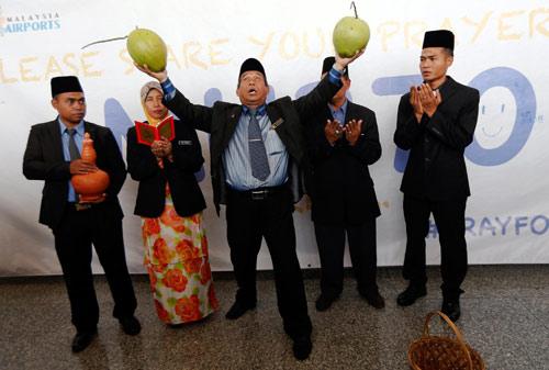 """Pháp sư Malaysia dùng """"thảm thần"""" tìm kiếm MH370 - 2"""