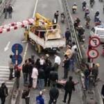 Tin tức trong ngày - Thanh chắn cầu vượt bị húc đổ, 2 người bị thương