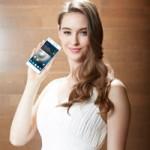 """Thời trang Hi-tech - Mẫu Tây nhí nhảnh """"tự sướng"""" bên smartphone"""