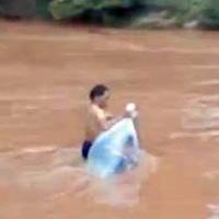 Cô giáo chui túi nilon qua suối: Thật kỳ dị!