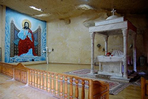 Nhà thờ hang động trong 'thành phố rác' - 13