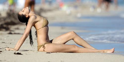 Thẫn thờ vì siêu mẫu mặc bikini tập yoga - 4