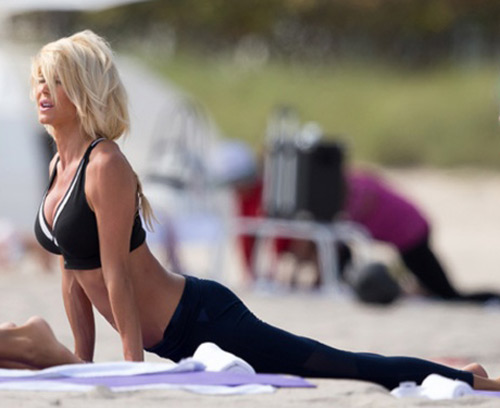 Thẫn thờ vì siêu mẫu mặc bikini tập yoga - 12
