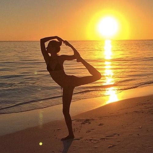 Thẫn thờ vì siêu mẫu mặc bikini tập yoga - 2