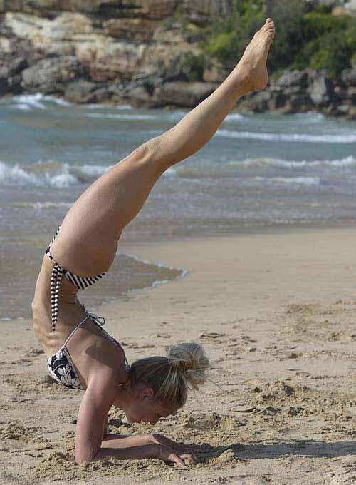 Thẫn thờ vì siêu mẫu mặc bikini tập yoga - 11
