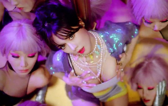 Màn múa cột bị chỉ trích rẻ tiền của HyunA - 4