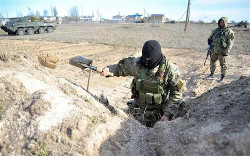 Ukraine đào hào, điều xe tăng phòng ngừa Nga - 2
