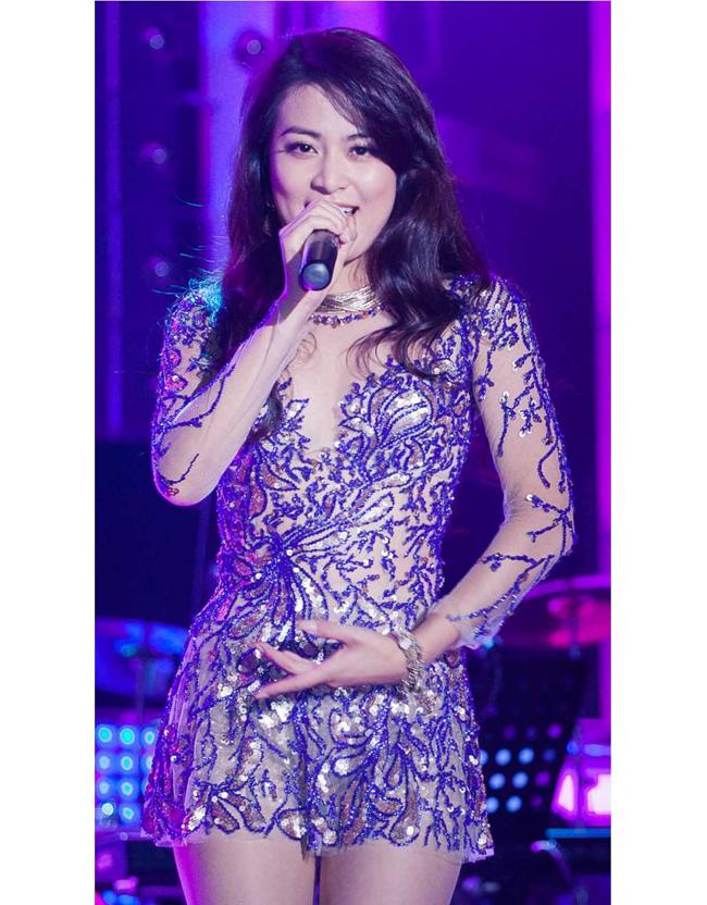 Kể từ khi chuyển hướng sang nghề ca sỹ, Hoàng Thùy Linh cũng chăm chỉ đi hát bar.