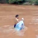 Tin tức trong ngày - Cô giáo chui túi nilon qua suối: Thật kỳ dị!
