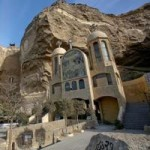 Du lịch - Nhà thờ hang động trong 'thành phố rác'