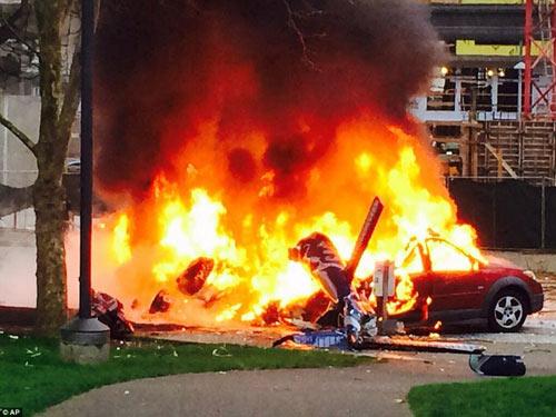 Mỹ: Máy bay rơi trên phố, 2 người thiệt mạng - 3