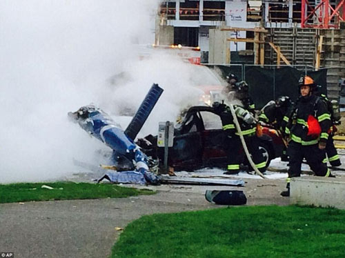Mỹ: Máy bay rơi trên phố, 2 người thiệt mạng - 5