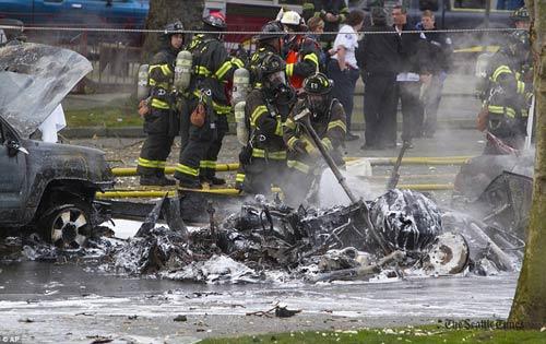 Mỹ: Máy bay rơi trên phố, 2 người thiệt mạng - 6