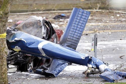 Mỹ: Máy bay rơi trên phố, 2 người thiệt mạng - 1