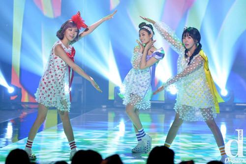 Kiều nữ Wonder Girls đua sexy cùng nhóm nhạc trẻ - 16